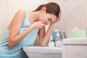 Buồn nôn, nôn khan vào buổi sáng là dấu hiệu có thai sớm sau 2 tuần quan hệ