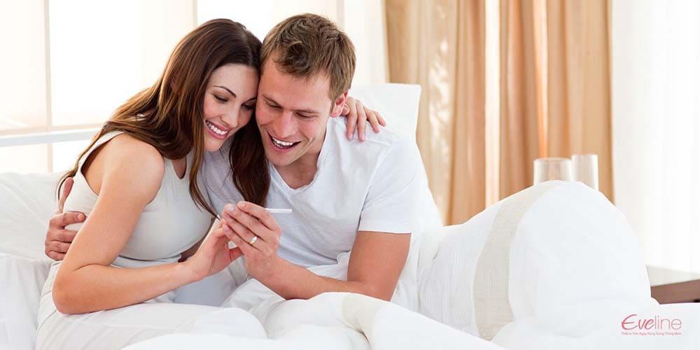 Vợ chồng hạnh phúc khi que thử thai báo 2 vạch